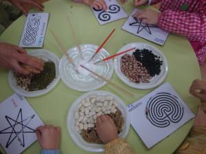 Niños de Sobrada trabajando con las legumbres.